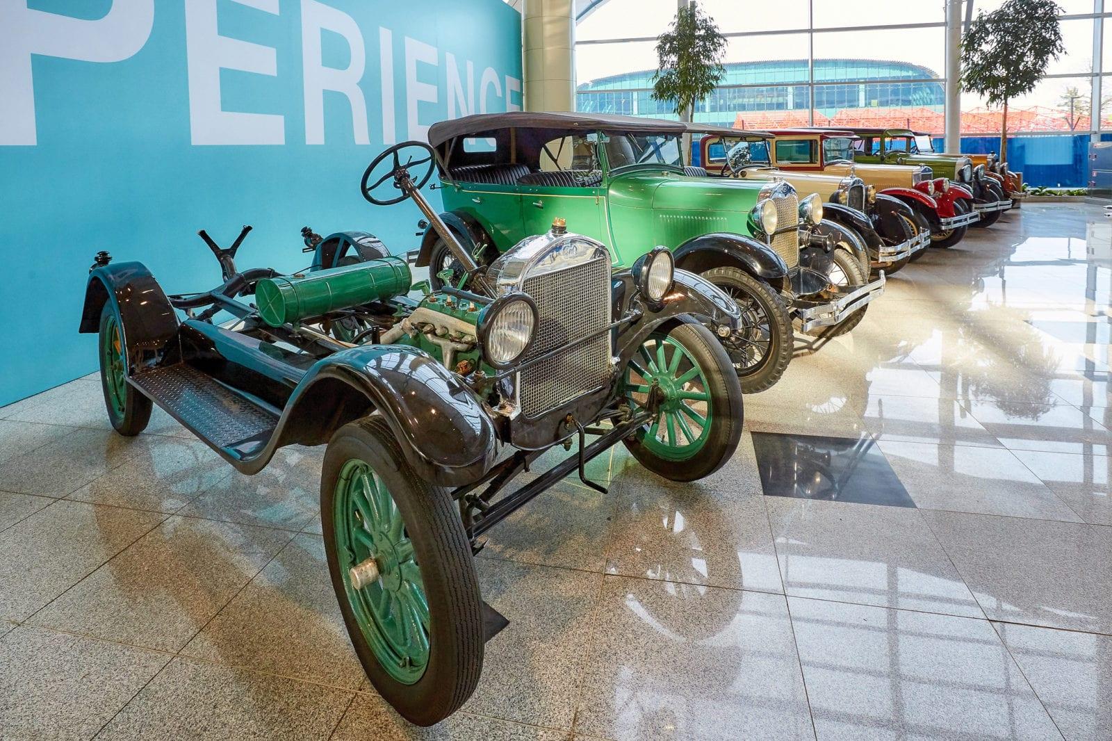 vystavka-retro-avtomobilej-v-aeroportu-domodedovo