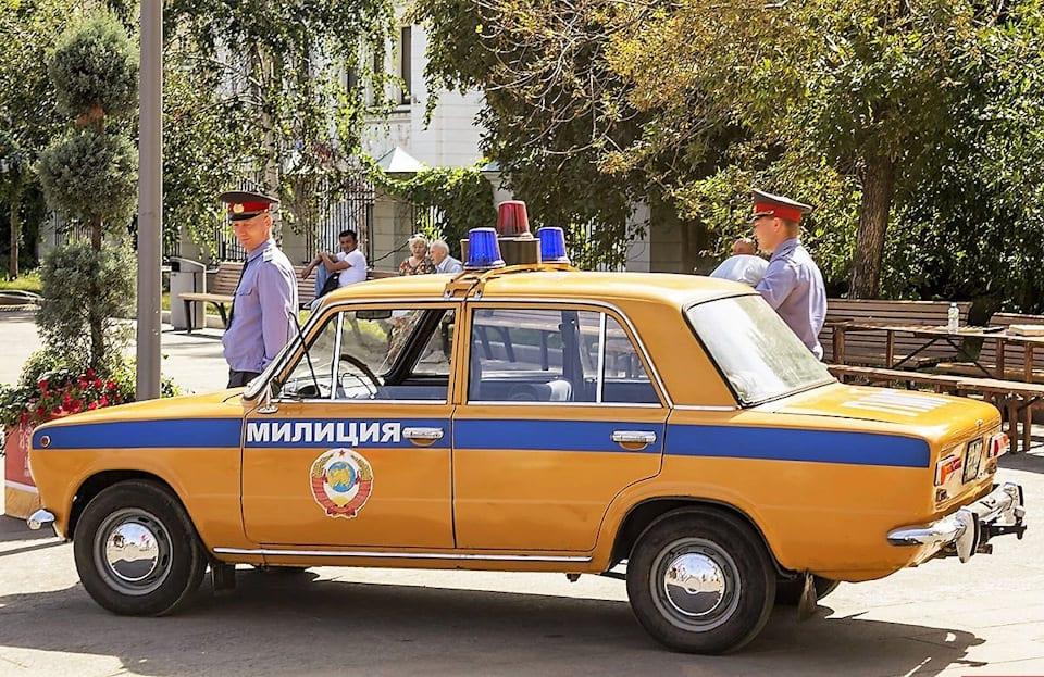 pochemu-mashiny-milicii-sssr-krasili-v-zheltyj