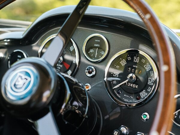 aston-martin-db5-shooting-brake-1965-sportkar-dlya-dzhentelmena-s-sobakoj